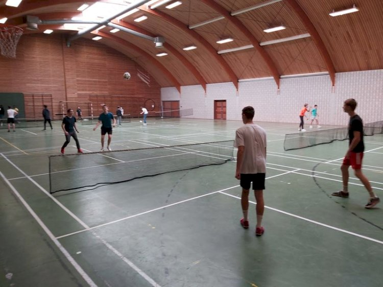 Tennis ballon  à l Internat